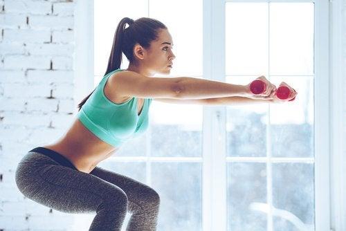 Fată care practică exerciții pentru tonifierea fundului și a picioarelor