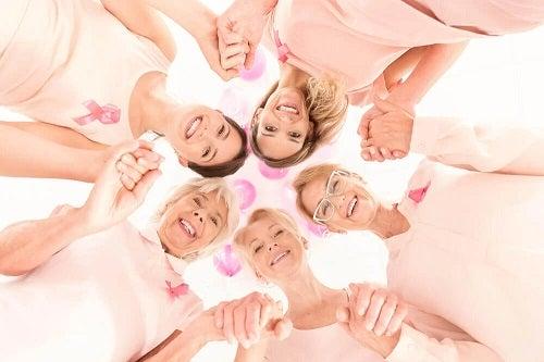 Femei care au primit tratamente pentru cancerul la sân