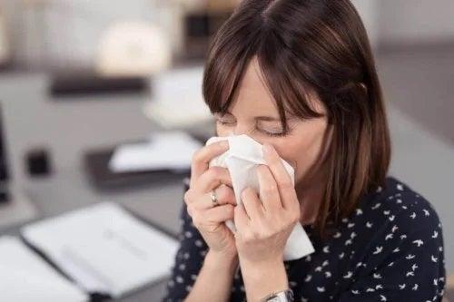 Femeie care suferă de alergii