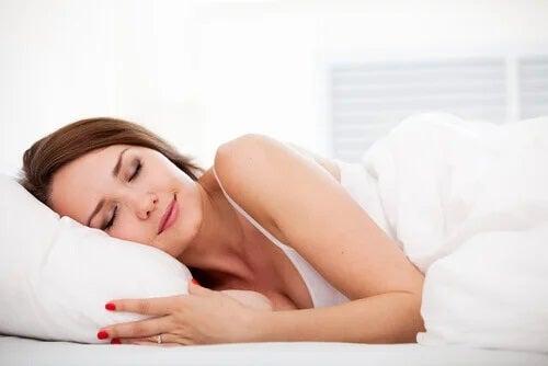 Femeie care doarme bine profitând de beneficii ale gelatinei simple