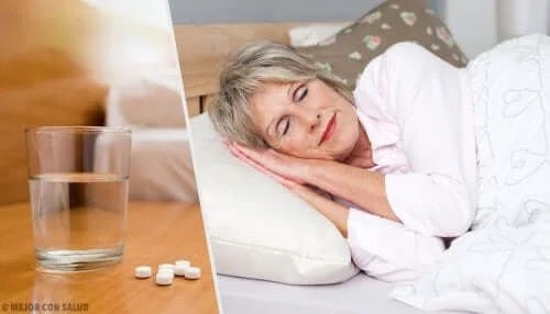 Femeie care doarme după ce a luat hipnotice sau somnifere