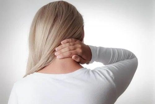 Femeie care are dureri la nvelul gâtului