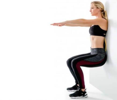Femeie ce face exerciții de întărire a genunchilor cu probleme