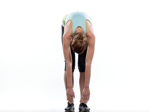 Femeie care face exerciții pentru durerea sciatică