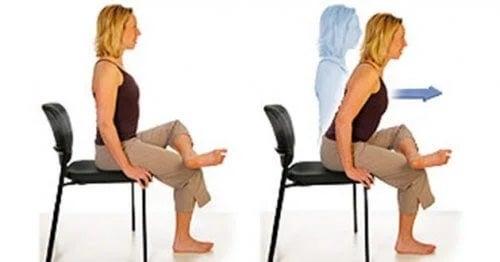 Fameie care face exerciții pe scaun