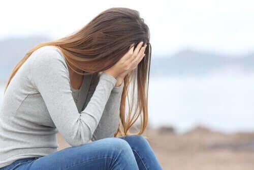 Femeie plângând în aer liber
