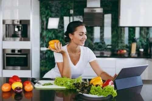 Săritul peste cină te ajută să slăbești?