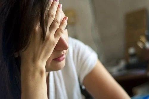 Femeie care manifestă semne ale glicemiei ridicate