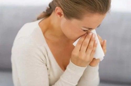 Femeie care se confruntă cu simptomele alergiilor