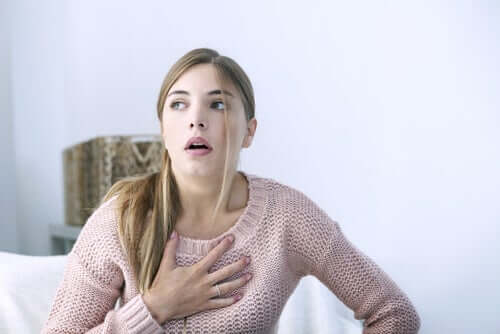 Femeie copleșită de simptomele pleureziei