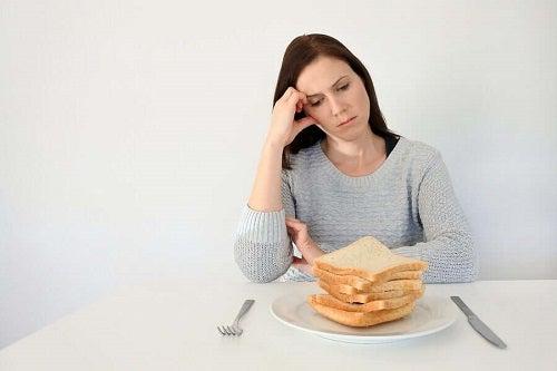 Femeie supărată pentru că nu poate mânca pâine