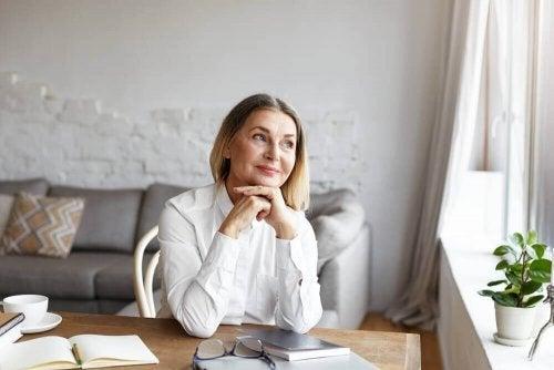 Femeie în vârstă aplicând trucuri pentru formarea unui obicei