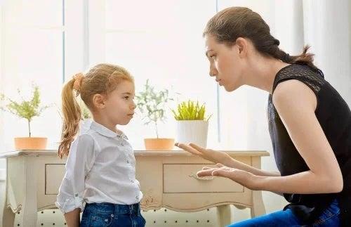 Mamă care ceartă o fetiță