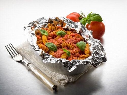 Mâncare gătită în folie de aluminiu