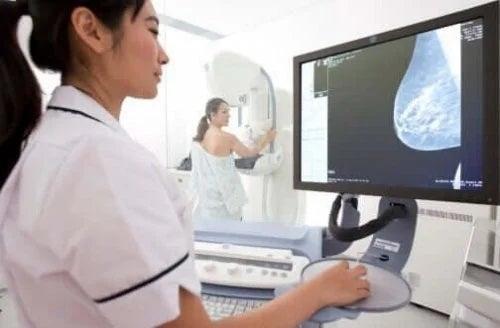 Medic care identifică cauzele mastalgiei