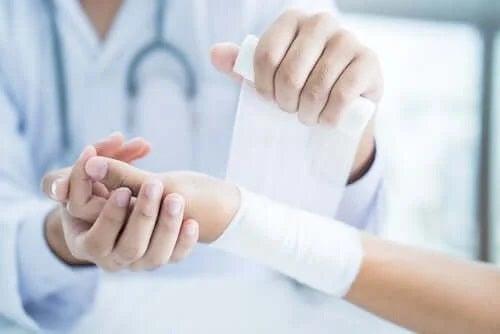 Cum să folosești pansamentele și bandajele