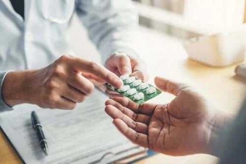 Medic care oferă o folie de medicamente