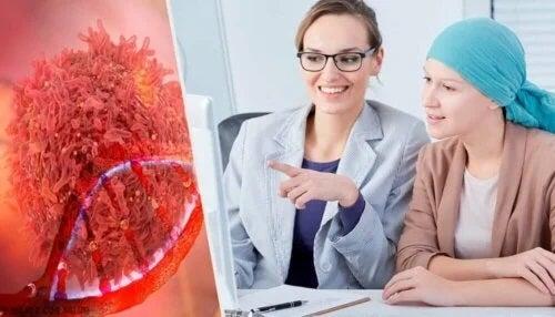 Medic care explică simptomele cancerului ovarian
