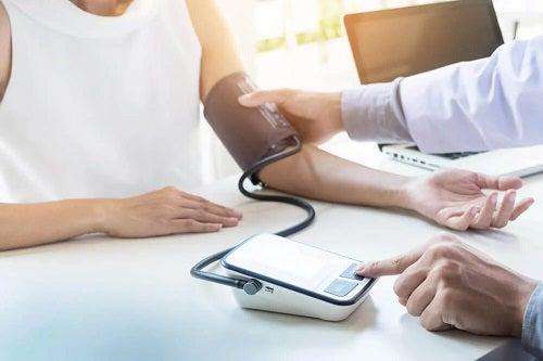Medic care îngrijește un pacient cu tensiune crescută