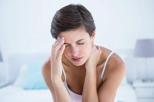 Pacientă care experimentează simptome periculoase la femei