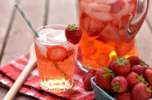 Pahar cu suc de căpșuni