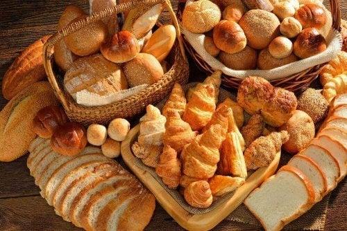 Pâine albă și diverse produse de patiserie