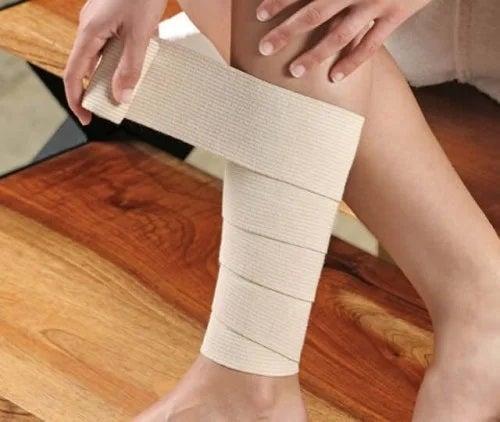 Persoană care știe cum să folosești pansamentele și bandajele