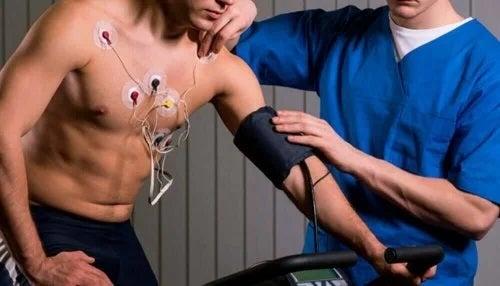Medic care lucrează la reabilitarea cardiacă a pacientului