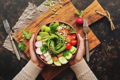 Persoană care crede că săritul peste cină te ajută să slăbești