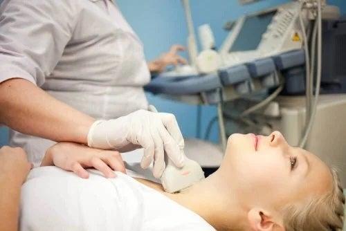 Femeie care prezintă simptomele nodulilor tiroidieni