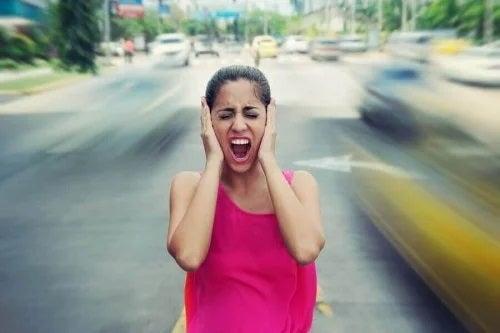 Fată care simte că zgomotele afectează dispoziția