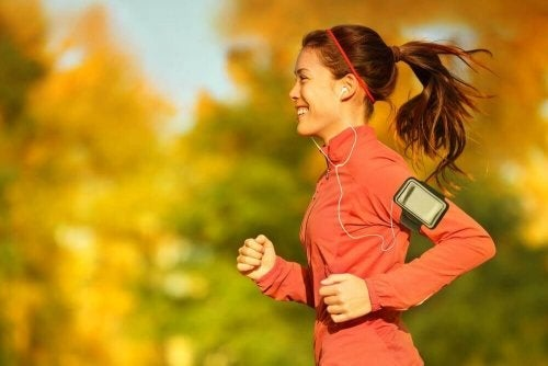 Alergătoare descoperind informații despre exercițiile fizice și ciclul menstrual