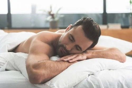 Bărbat care știe că activitățile zilnice influențează somnul