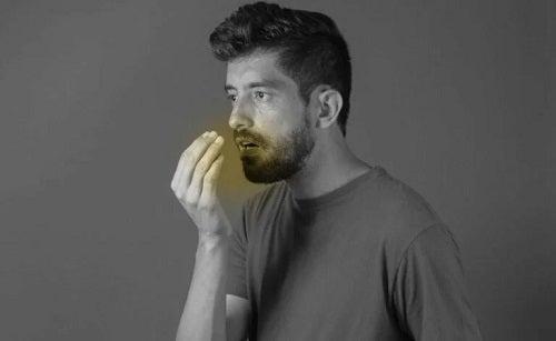 Bărbat care profită de beneficiile cardamonului pentru respirație