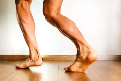 Crampele la nivelul gambelor: de ce apar?