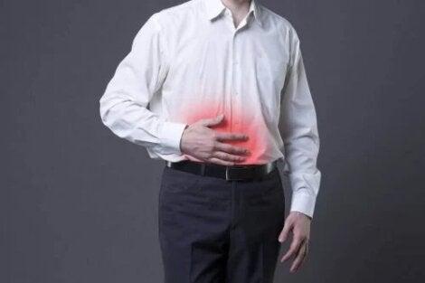 Bărbat care are o durere de stomac