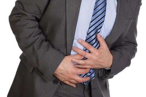 Bărbat care are dureri de stomac