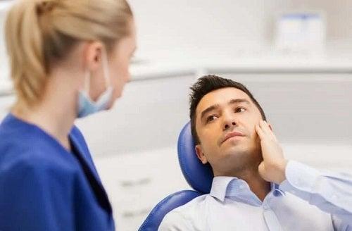 Bărbat la stomatolog cu durere de dinți
