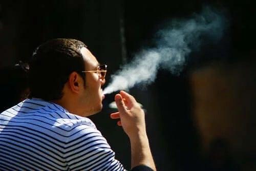 Bărbat căruia nu-i pasă că tutunul afectează pielea