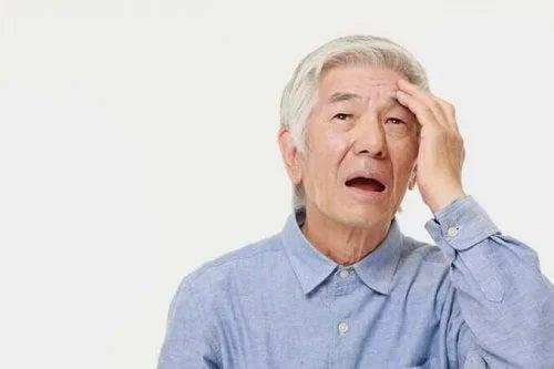 Bătrân care experimentează uitarea și pierderile de memorie