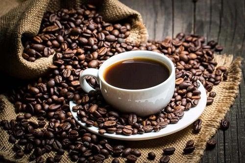 Ceașcă de cafea și boabe