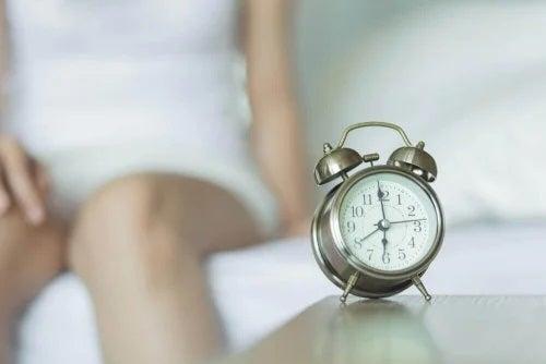 Femeie care stă lângă un ceas