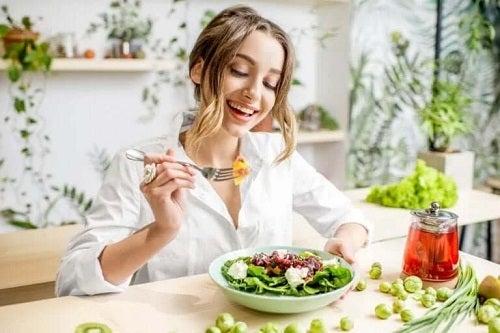 Fată care simte efectul placebo al alimentelor