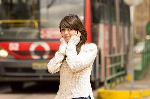 Fată deranjate de sunete în trafic