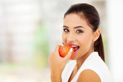 Fată care ignoră mituri false despre alimente