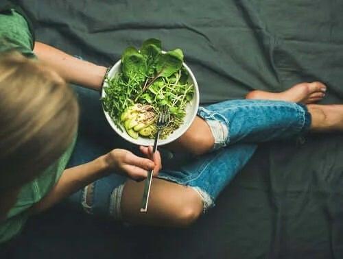Fată care consumă o salată