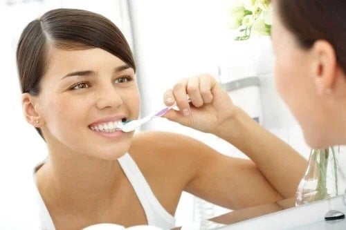 Fată care se spală pe dinți