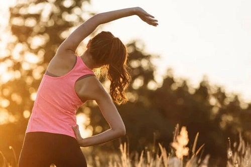 Fată care face sport în aer liber