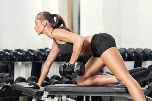 Fată care face sport în sală