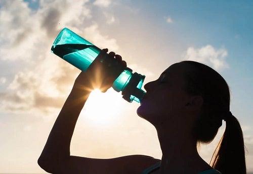 Femeie care bea apă